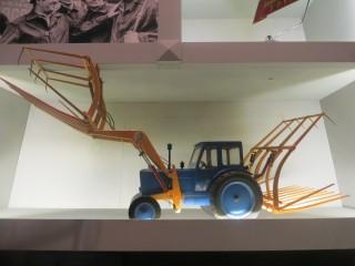 Модель трактора  ЮМЗ со стогометом.