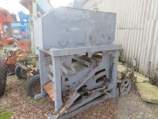Зерноочиститель в деревянном корпусе.