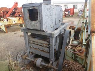 Деревянная зерноочистительная машина.